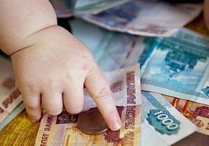 Деньги и детская ручка